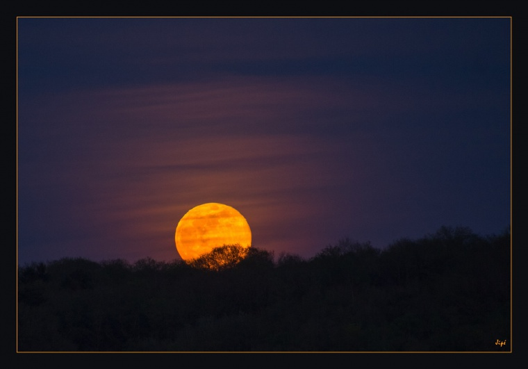 Lever de Lune sur l'horizon avec couleur orangée