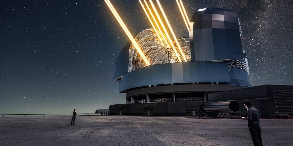 Vue d'artiste de l'E-ELT opérant de nuit depuis le sommet du Cerro Armazones au nord du Chili. Huit lasers jaunes créent des étoiles artificielles dans la haute atmosphère, utilisées comme références pour corriger les perturbations atmosphériques.