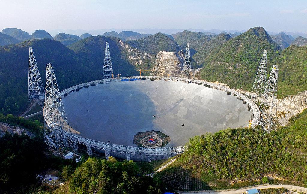 L'antenne du Five hundred meter Aperture Spherical Telescope (FAST) dans le sud de la Chine se trouve au milieu de la forêt. Sur la photo, elle est éclairée par le soleil de l'après-midi.
