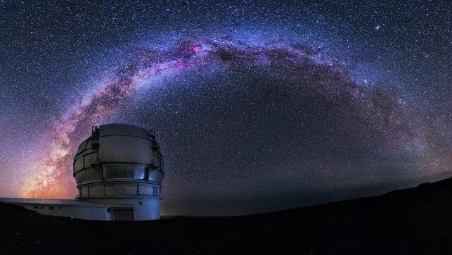 Le Grand Télescope des îles Canaries observant la Voie lactée de nuit.