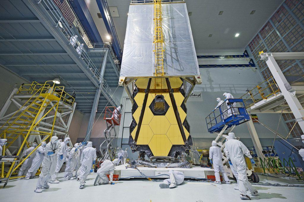 Le télescope spatial JWST en salle blanche pendant un test de vibration.