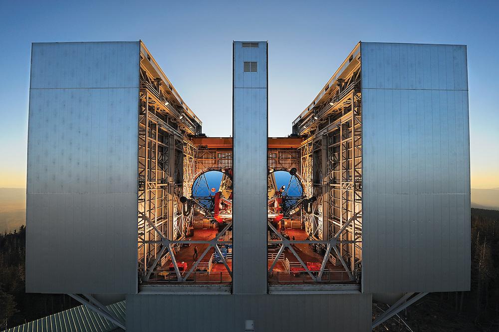 Le Large Binocular Telescope en Arizona et ses deux miroirs placés sur la même monture, à l'aube.