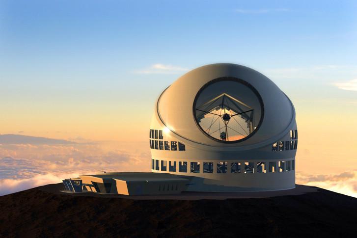 Le Thirthy Meters Telescope (TMT) au coucher du soleil. Il se trouve à l'observatoire de Mauna Kea sur l'île d'Hawaï.