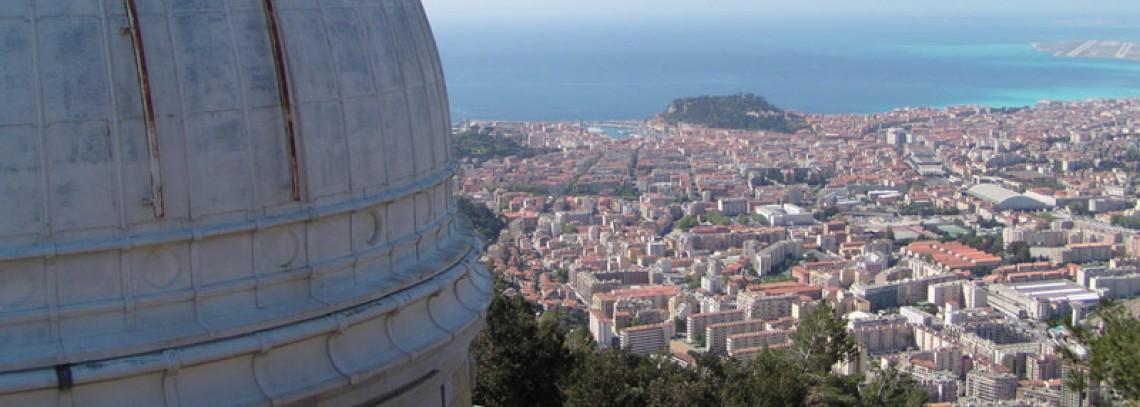 La coupole de l'observatoire de Nice surplombant la ville de Nice et la mer Méditerranée.