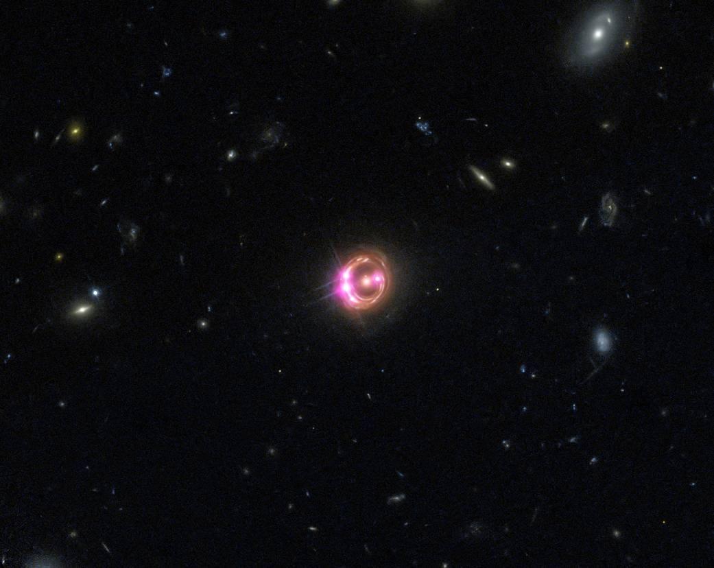 Au centre de l'image, un cercle violet est une image du quasar RXJ1131