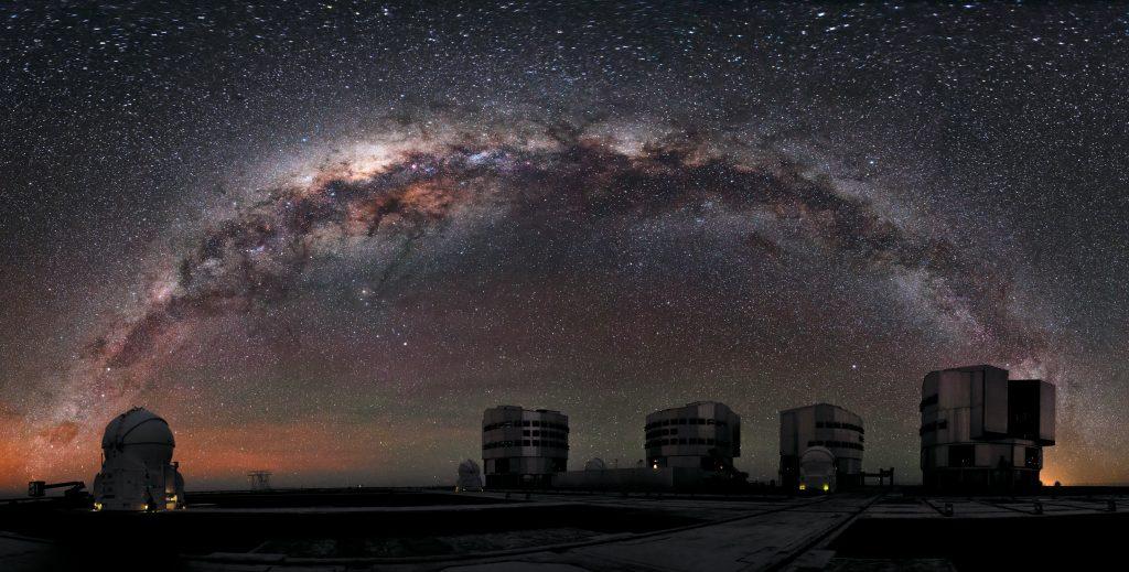 Le Very Large Telescope de l'Observatoire européen austral (ESO) dans le désert d'Atacama au nord du Chili. De nuit, la Voie lactée le surplombe.