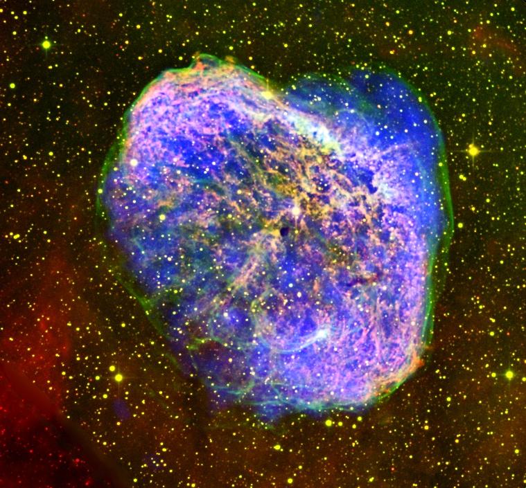 Nébuleuse du croissant en expansion vue dans les tons violet et jaunes, rayonnement X par le télescope européen XMM-Newton.