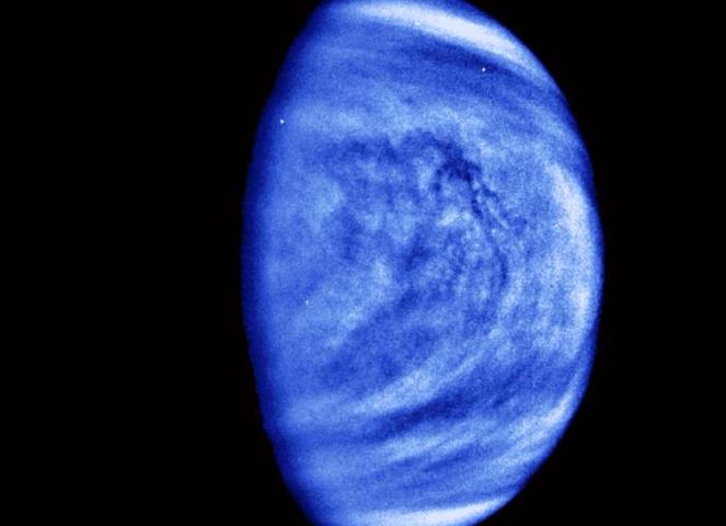 Des stries sombres (dans les tons bleu) à l'origine encore inconnue apparaissent dans les observations de Vénus dans le domaine ultraviolet