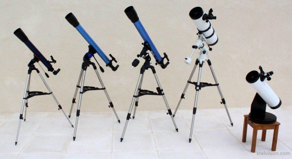 Photo de trois modèles de lunettes astronomique et deux modèles de télescope.