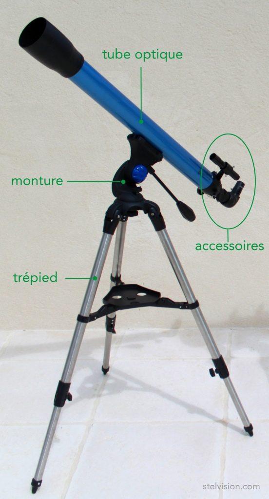 Photo de lunette astronomique montrant le tube optique, la monture et les accessoires.