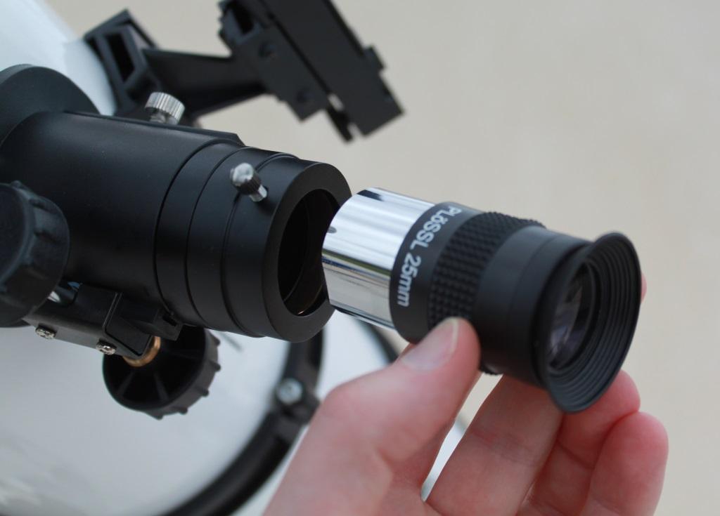 Photo montrant la mise en place d'un oculaire sur un télescope.