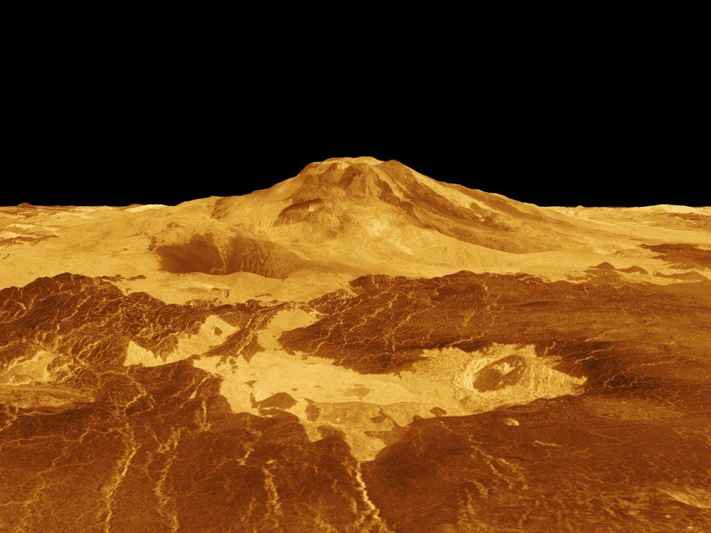 Image de synthèse représentant le volcan Maat Mons à la surface de Vénus. Le volcan qui culmine à 8 km au-dessus des rayon moyen de la planète est en couleurs jaune et or, sur fond noir.