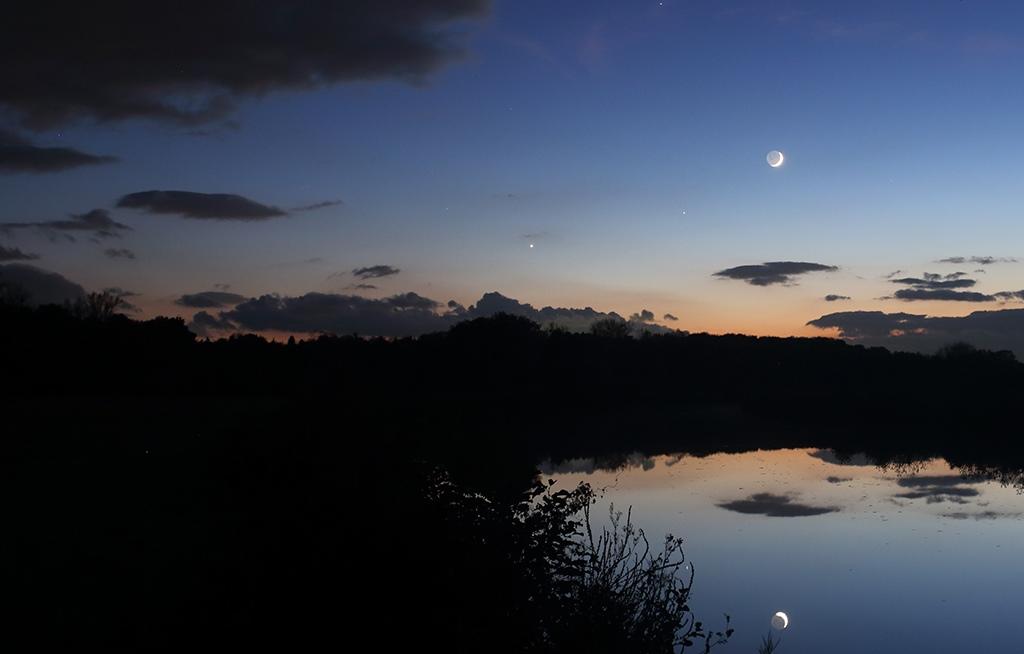 Photo du rapprochement Lune-Vénus-Saturne au crépuscule en novembre 2016.