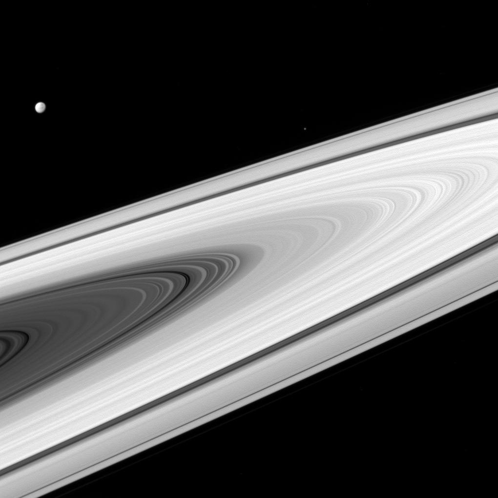 Photo en gros plan des anneaux de Saturne par la sonde Cassini.