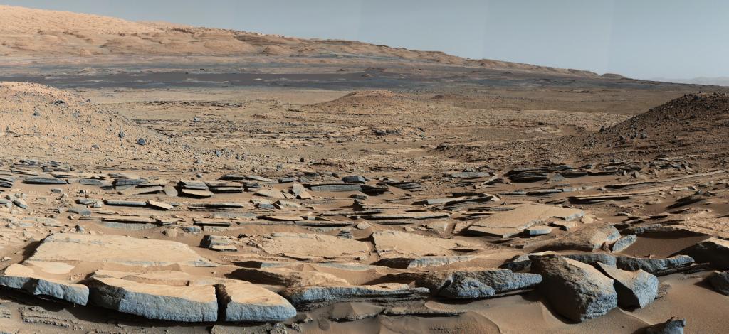 Vue comme si l'on était sur Mars, du cratère de Gale. En couleurs réalistes orangées.