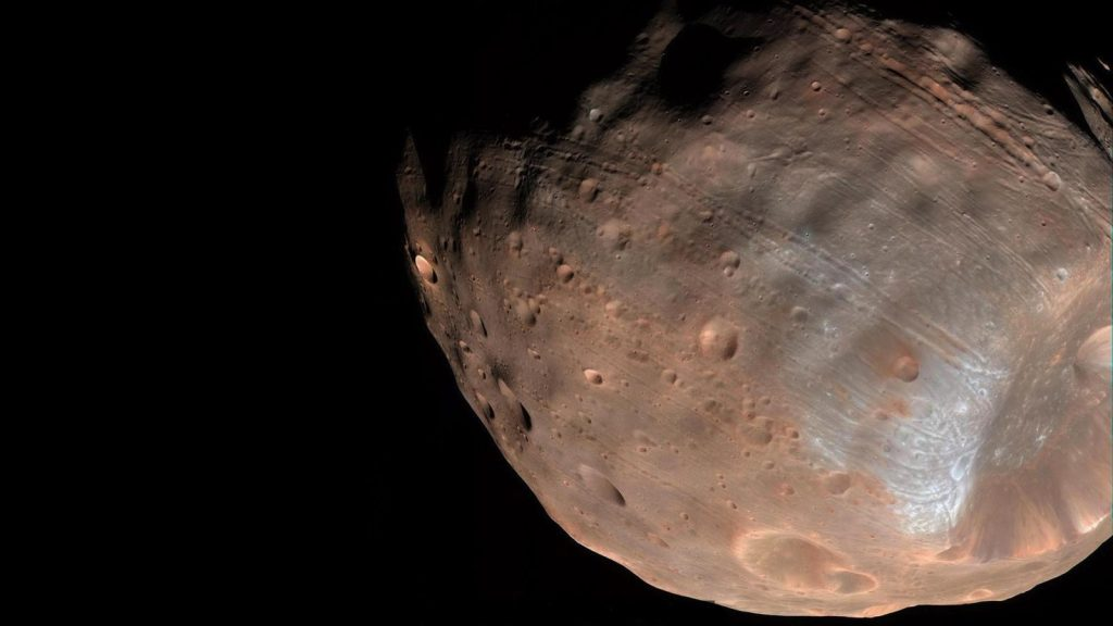 Vue de la partie inférieure, en couleur marron orangé, de Phobos, le satellite naturel le plus proche de Mars.