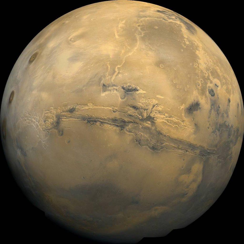 La planète Mars et en son centre, horizontal, le plus grand canyon du Système solaire: Valles Marineris