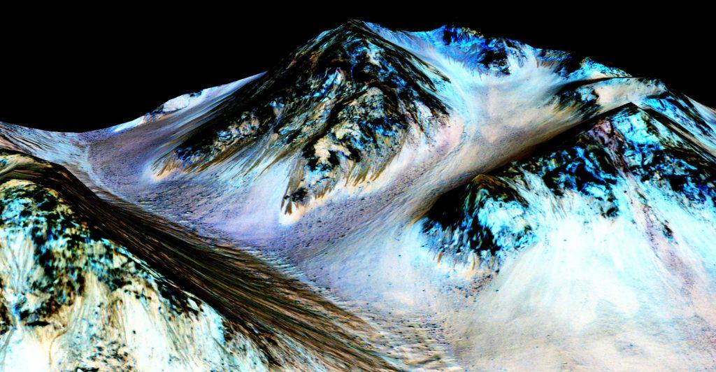 Montagne sur lesquelles on observe des traînées noirâtres qui correspondent à un écoulement d'eau liquide en saumure sur Mars. Découverte en 2015 par la sonde Mars Reconnaissance Orbiter