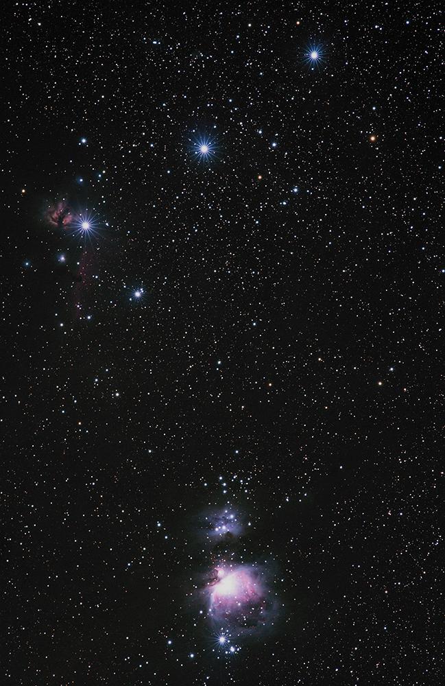 Photographie de La ceinture (en haut) et l'épée d'Orion (en bas) qui recèlent de nombreuses nébulosités. La plus brillante, M42, est tout en bas de cette image.