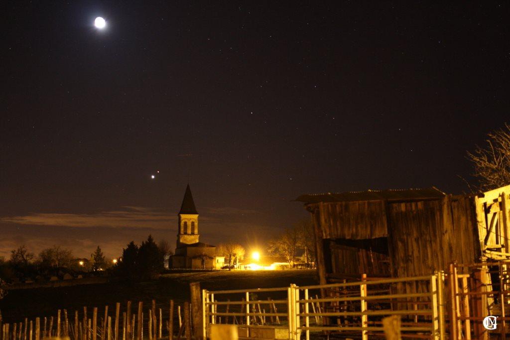 Photo clocher avec planètes Vénus et Mars, et la Lune