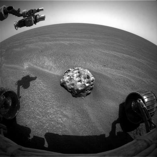 Photo en noir et blanc de la météorite Heat Shield Rock découverte par Opportunity, point de vue du rover.