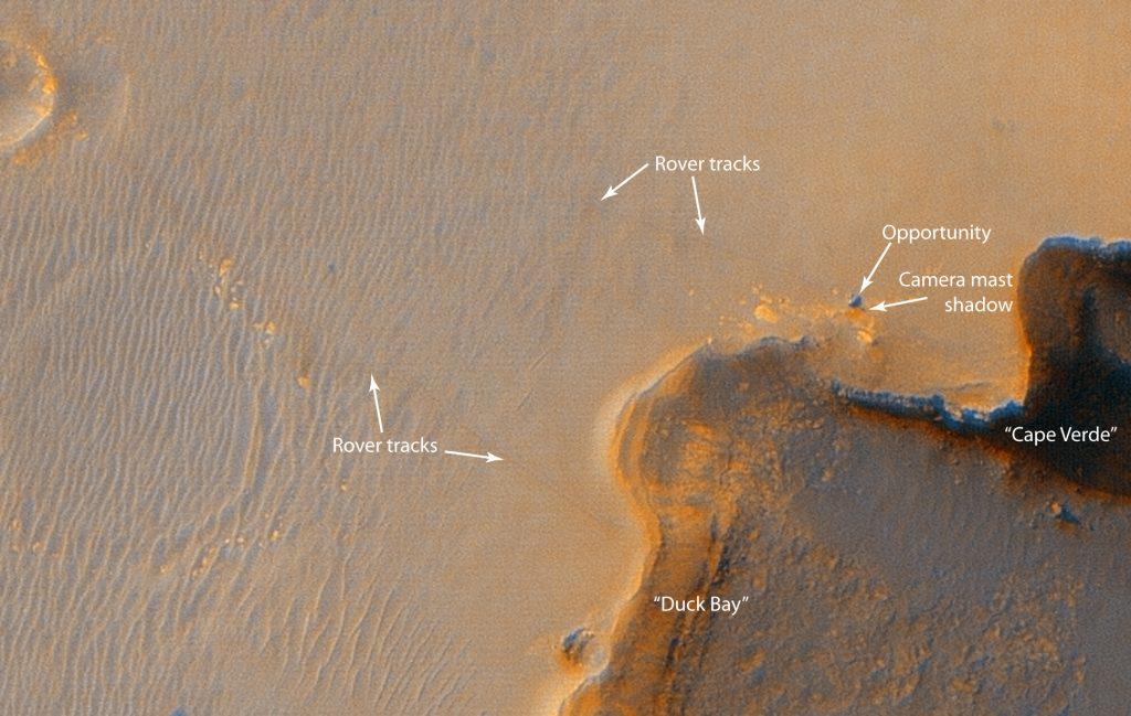 Image en couleur du rover Opportunity sur la bordure du cratère Victoria par la sonde Mars Reconnaissance Orbiter.