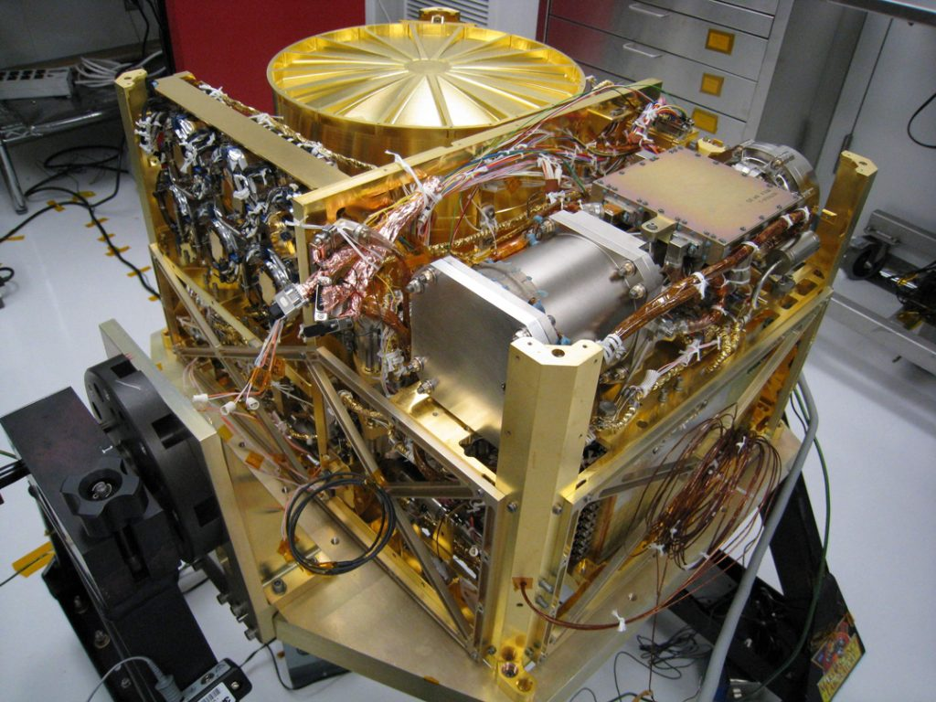 Le mini-laboratoire SAM embarqué sur le rover Curiosity. On le voit en salle blanche, avant le décollage.