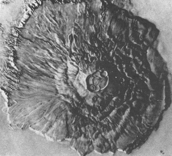 Photo en noir et blanc du plus grand volcan du Système solaire, l'Olympus Mons sur Mars.