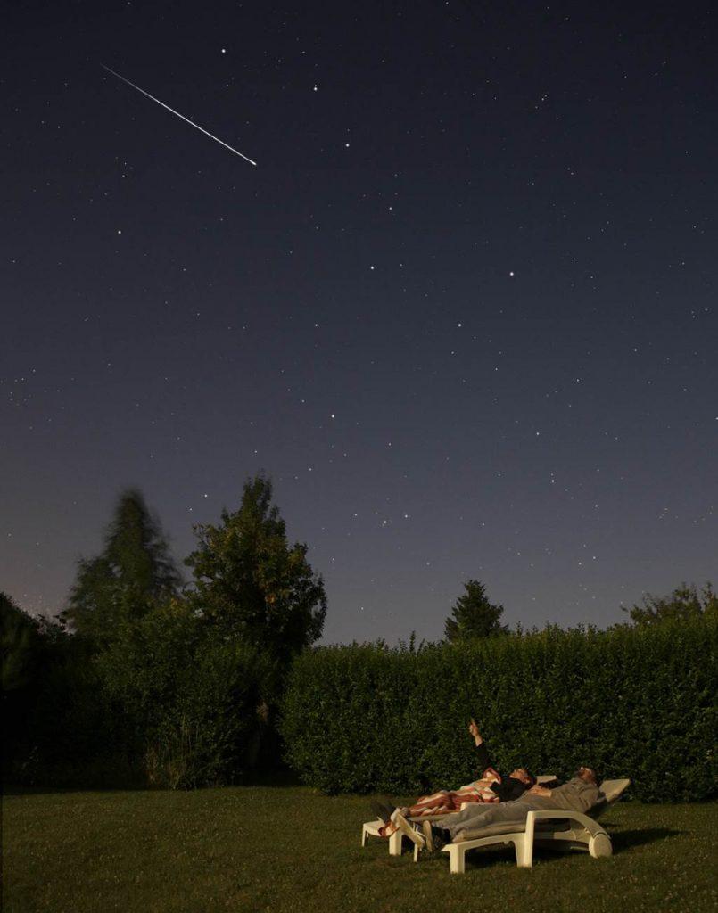 Photo observateurs étoiles filantes sur chaises longues
