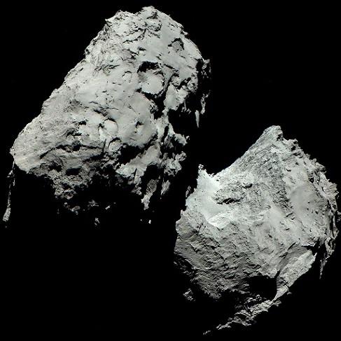 Photo de la comète Tchouri en noir et blanc.