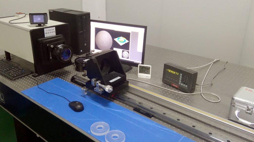 photo de banc de contrôle des optiques de télescopes.