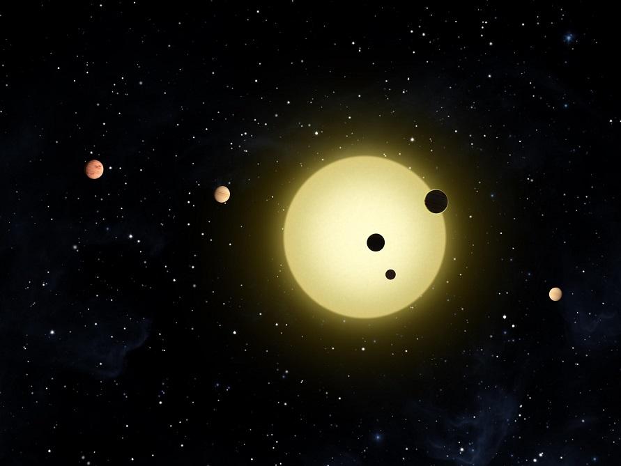 Système stellaire Kepler-11, des planètes sombres représentées devant leur étoile brillante en couleur jaune blanc en arrière-plan.