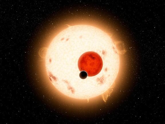 Kepler 16b a été la première exoplanète (point noir au premier plan) détectée en orbite autour d'une étoile binaire, c'est-à-dire de deux étoiles en arrière-plan (rose et orange).