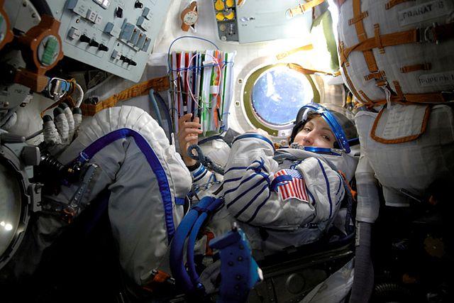 Anousheh Ansari, la première femme et première iranienne à voyage dans l'espace, dans son habit de cosmonaute, dans la capsule qui l'a amenée dans l'espace en 2006.