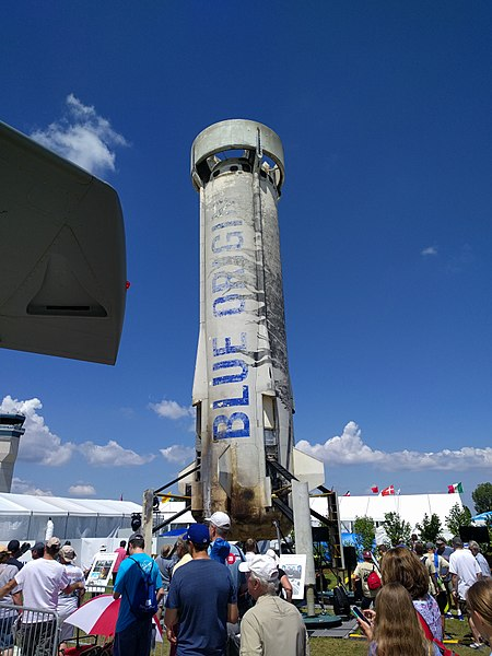 La fusée réutilisable monoétage de Blue Origin : New Shepard. Elle est vue par beau temps, sur fond de ciel bleu, lors de l'EAA 2017 dans le Wisconsin.