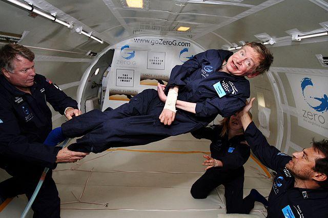 Le physicien Stephen Hawking, le corps à l'horizontale, lors d'un vol zéro g.