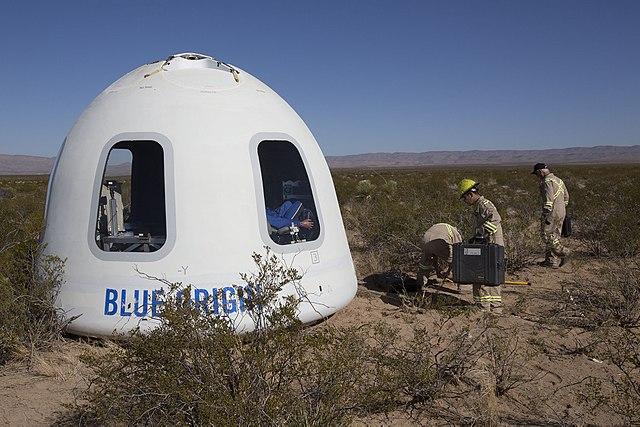 La capsule de Blue Origin pourra emporter six passagers dans l'espace : on la voit posée dans un lieu désert.