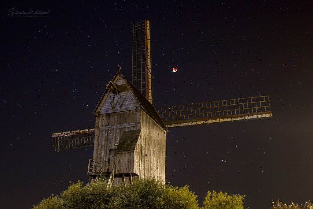 L'éclipse totale de Lune du 28 septembre 2015 avec en avant-plan le moulin de Cassel. Photo Sylvain Wallart.