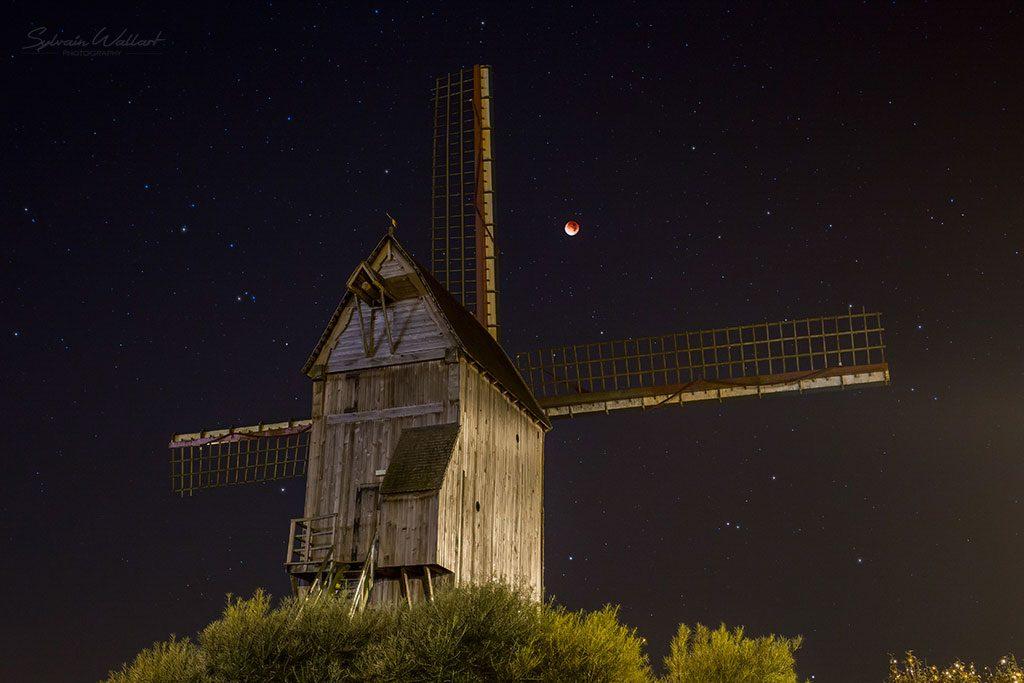 L'éclipse totale de Lune du 28 septembre 2015 avec en avant-plan le moulin de Cassel. Photo Sylvain Wallart.