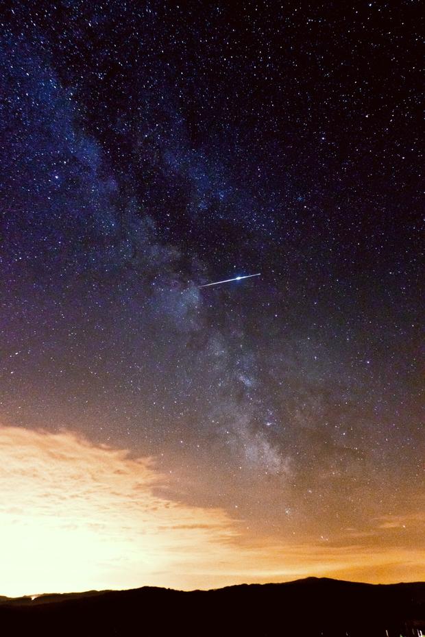 Etoile filante dans un ciel partiellement dégradé par la pollution lumineuse issue de la ville de Lyon.
