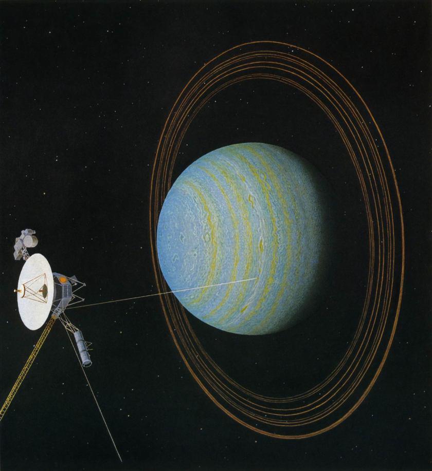 Vue d'artiste de la sonde Voyager 2 près d'Uranus : on y voit la sonde en détails sur la gauche et à droite la planère Uranus en bleu et marron, entourée de ses anneaux, couchée sur son orbite.