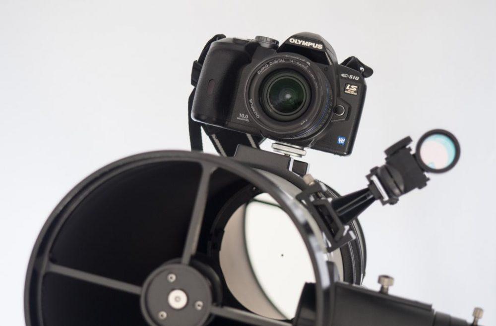 télescope STELESCOPE 130, vue de devant avec appareil photo fixé sur le tube