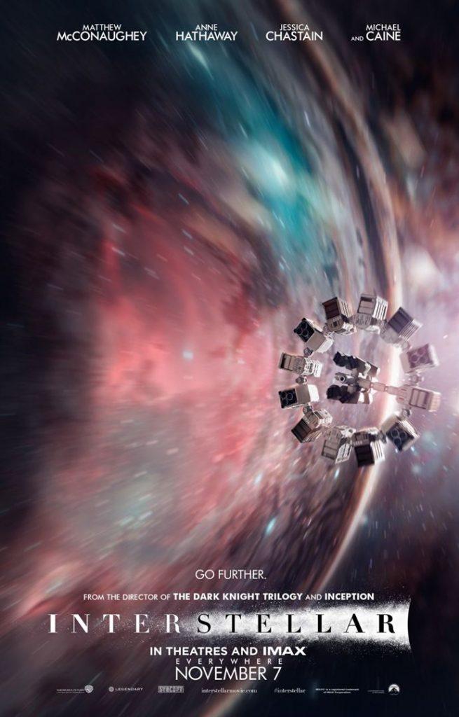 Affiche du film Interstellar : on y voit le vaisseau en forme de cercle avec capsules fixées tout autour, devant un fond spatial bleu, violet et rouge.