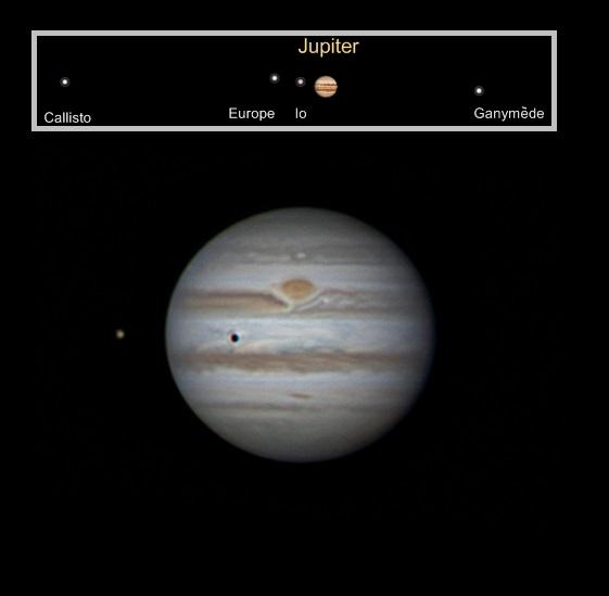 Image d'amateur montrant Jupiter et ses bandes nuageuses, et l'ombre d'un satellite à la surface.