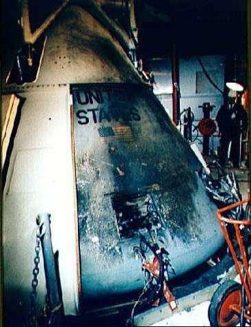 Photo couleur de la capsule Apollo 1 après l'incendie déclenché au sol par un court-circuit.