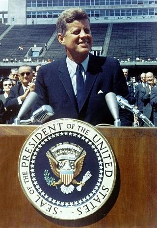 Photo couleur du président Kennedy lors de son discours en 1962 à l'université Rice.