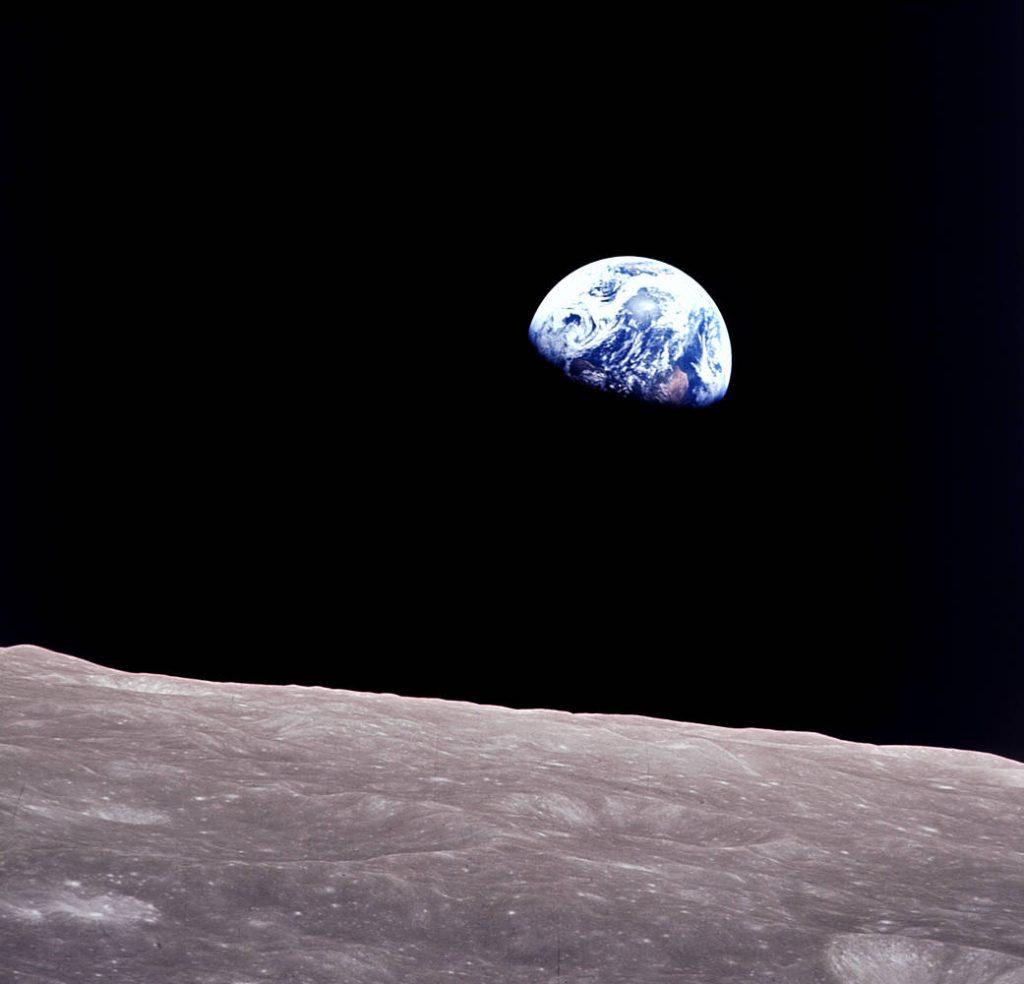 """Photo couleur d'un des premiers """"levers de Terre"""" vu directement par l'Homme depuis la Lune, lors d'Apollo 8."""