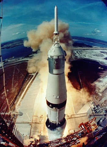 Photo couleur de la fusée Saturn V qui emporte la mission Apollo 11 dans l'espace.