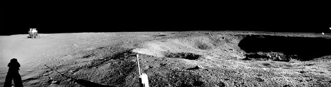 Vue en noir et blanc de la surface de la Lune par LRO : on y voit le LEM et un astronaute.
