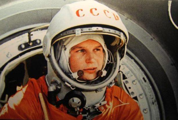 Photo couleur de Youri Gagarine, premier homme dans l'espace, en habit de cosmonaute. On voit simplement sa tête.